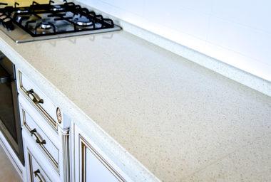 Столешница из белого мрамора на кухне